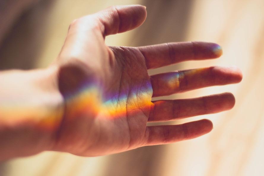 mano arcobaleno